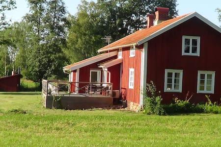 Nyrenoverad stuga i gammaldags stil - Hylte V - Villa