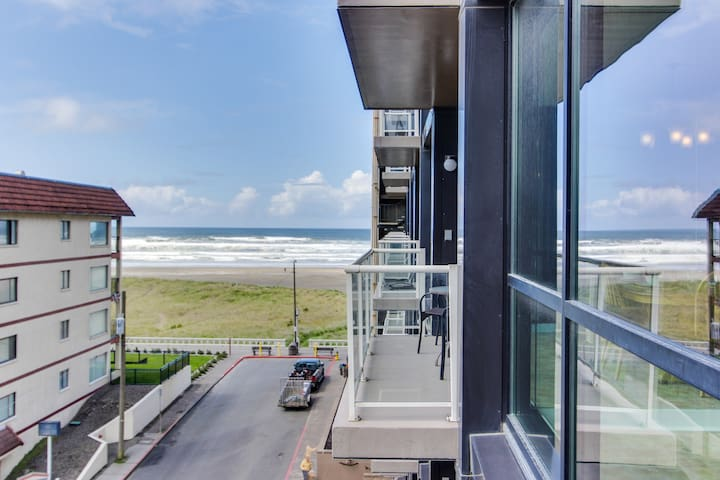 Mountain and ocean views, fireplace, shared pool/sauna! Family-friendly!