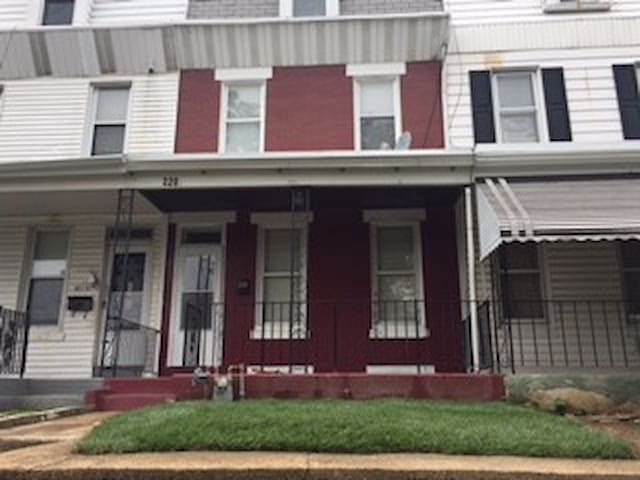 1800 + square foot  4beds, 1 Bath Row home.