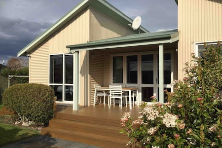 Walk to Cafes-Bars-Lake~ Private~ Milford stopover