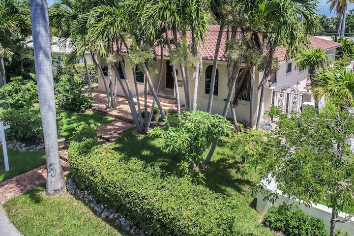 Magnificent Villa by Lake near Hollywood Beach