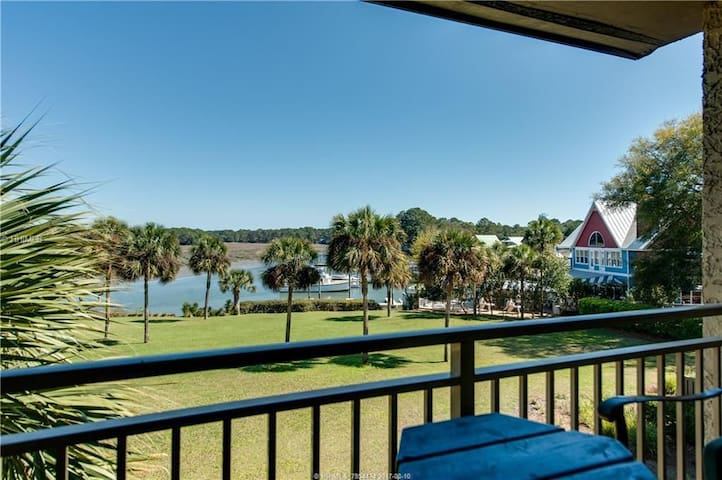 Cozy Villa - Walk to the Salty Dog & the Beach!