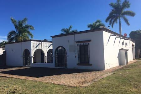 ¡Casa colonial y segura en el corazón de Álamos!