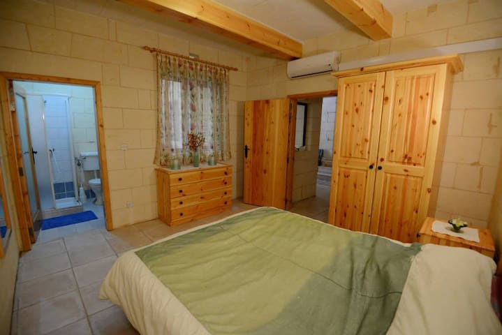 Lovely Private Rooms in Spacious Farmhouse