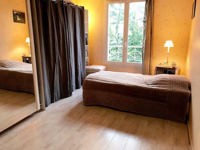 Grande chambre de 15m² donnant sur jardin en suite parentale avec dressing et salle de bain privative