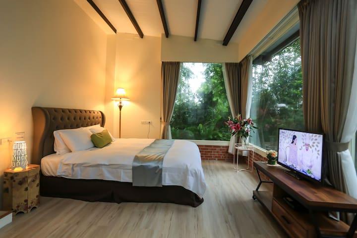 鄰近望龍埤生態區,愉悅的景觀雙人套房,避暑好勝地,一早醒來的陽光與主人手做在地早餐,享受美好的假期。