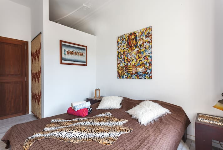"casa desigual: ""Room Africa"" near the sea"
