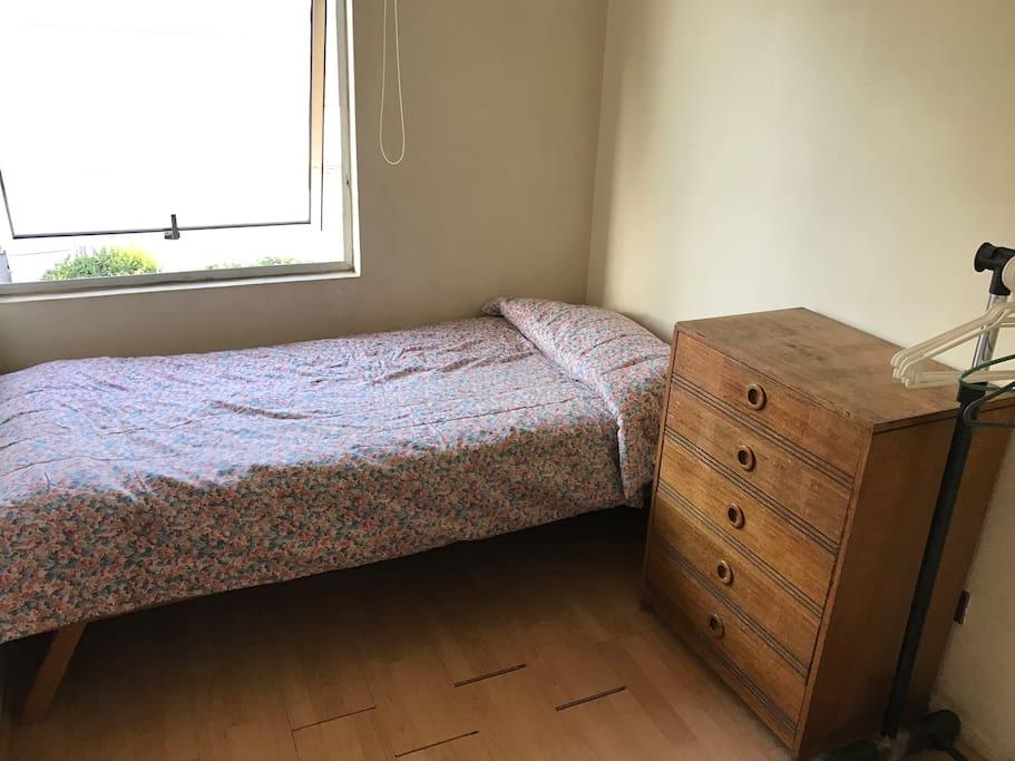 habitación, cama, cajonera