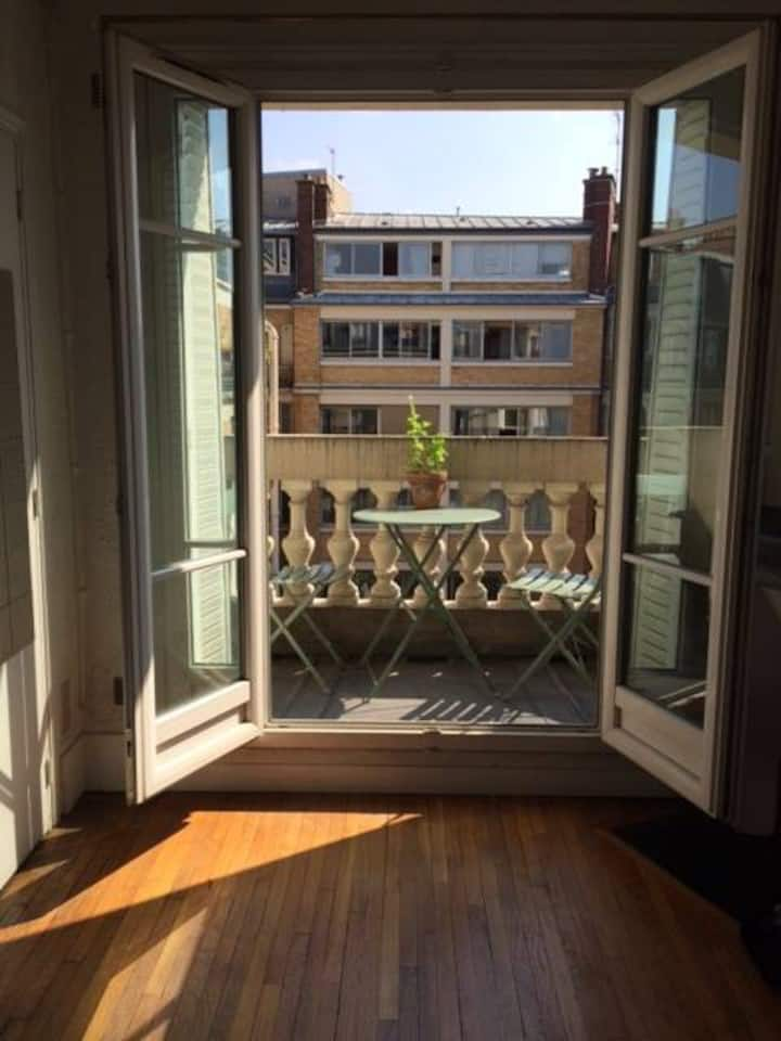 Sunny studio with balcony two steps from Bastille