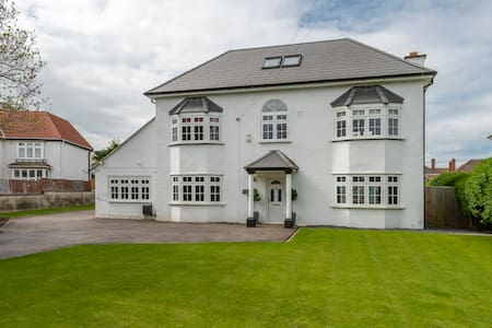 Luxury whole Mansion House with SAUNA & HOT TUB!