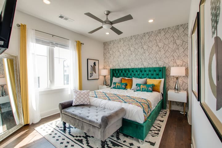 King Bedroom ★ Welcome to the Bohemian VIBE Nashville! ★ 2 Master Suites ★ 3 Full Bathrooms ★ 2 Car Garage ★ Walking Distance to coffee, drinks and food ★ 7 minute UBER to Downtown!