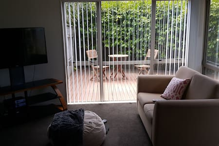Warm room in a happy home in Auckland! - Auckland