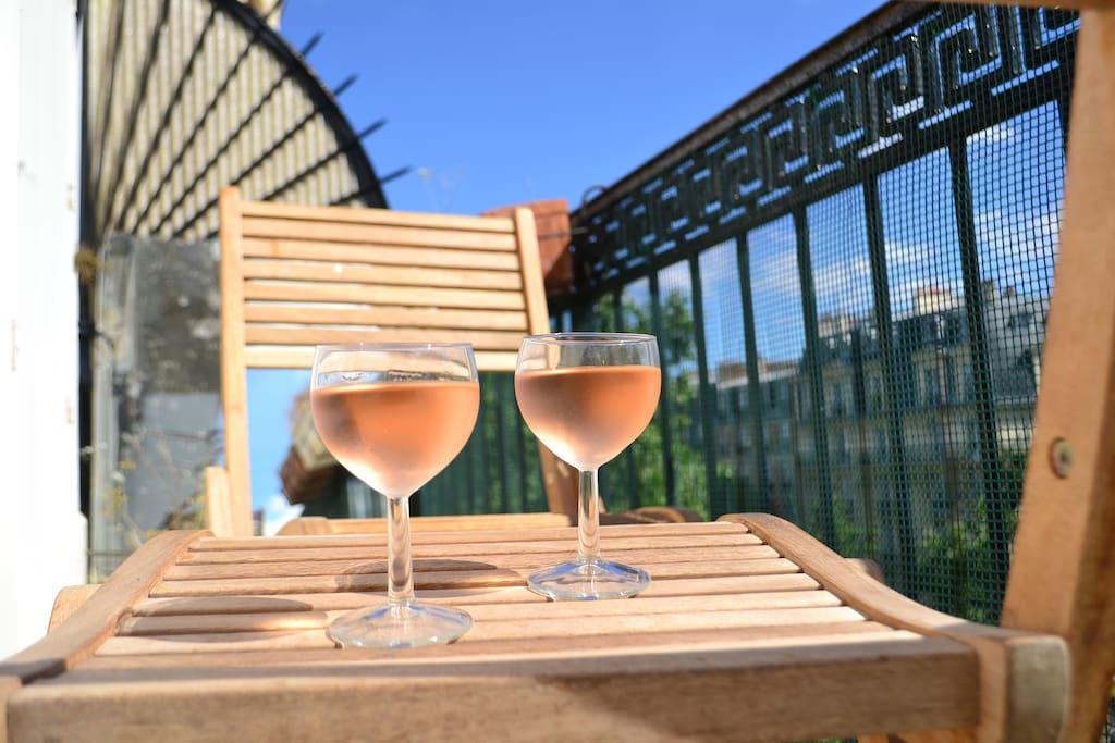 idéal pour un apéritif en fin de journée ou pour un petit déjeuner / fancy a glass of rosé on the balcony?