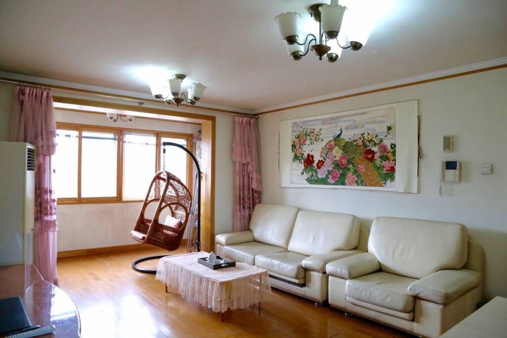 客厅的孔雀是安娜的爷爷画的