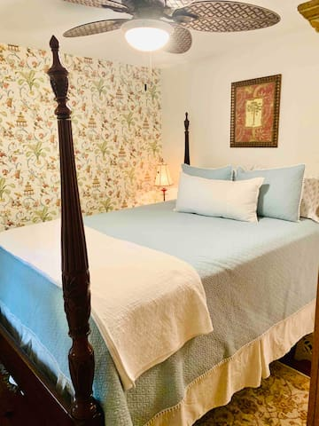 Queen size four poster Charleston Rice bed - it's high!