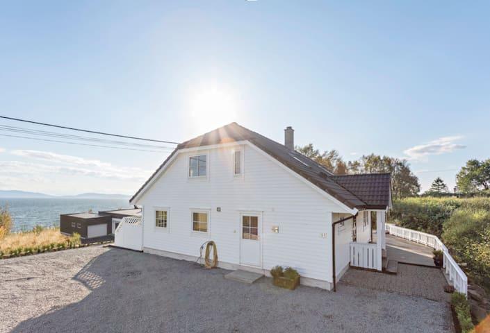 Moderne hus ved sjøen med fantastisk utsikt