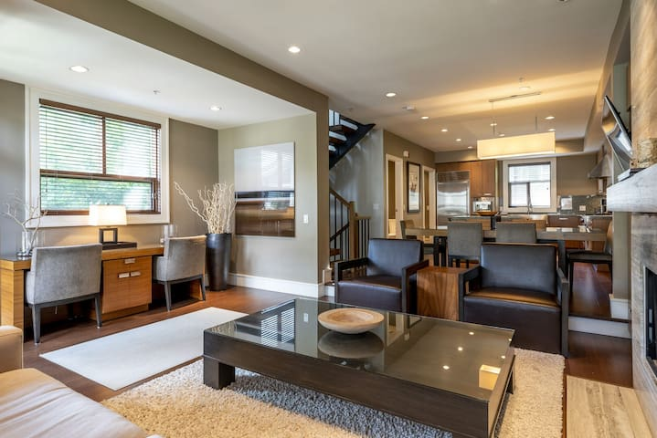 Fitzsimmons Walk Deluxe Townhome with Private Hot Tub, Village Walking Distance