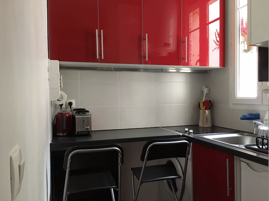 La cuisine possède de nombreux rangements et un bar pour les repas.
