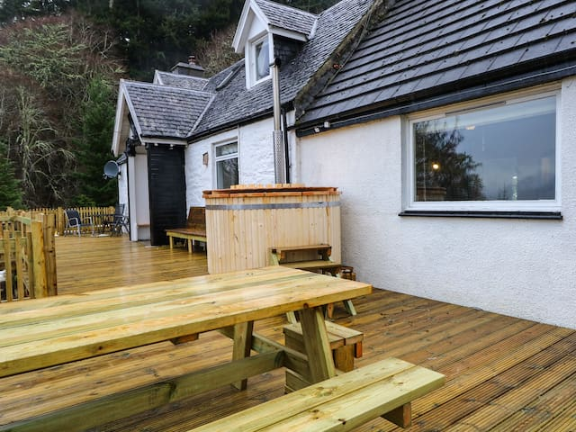 GUISAICHEAN, pet friendly, with hot tub in Invermoriston, Ref 953322