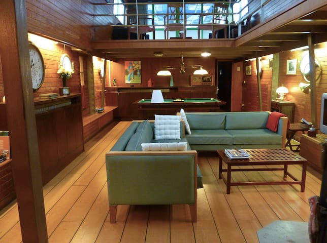 HOLIDAY COTTAGE ON MAGNIFICENT BARGE IN CHAMPAGNE