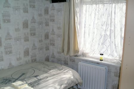Private room very close to airport. - Σπίτι