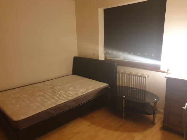 Large Double Room 1 hour from Central