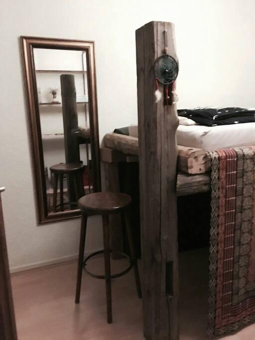 Spiegel und Hocker / Mirror and stool