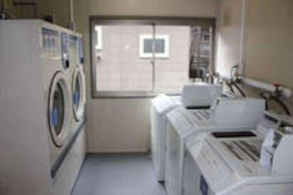 コインランドリー 敷地内にコインランドリーが二つあります。乾燥機もありますので、ご利用ください。