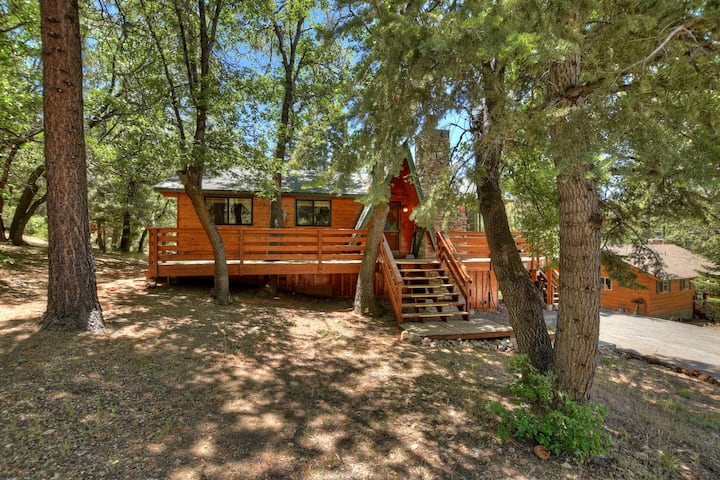 Gingerbread Crossing: Supreme Setting from this Woodsy 3 Bedroom Single Story Cabin! Spa!