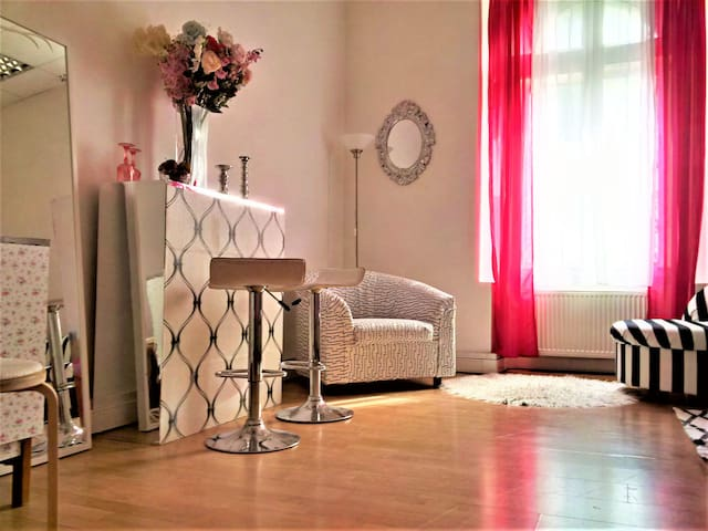 Shabby chic styled room near Presidential Palace - Братислава - Квартира