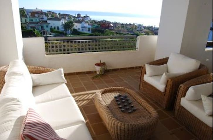 comfortable room in a spacious place with a view - Alcaidesa - Apartment