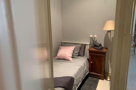Room + private restroom in Barcelona center + WiFi