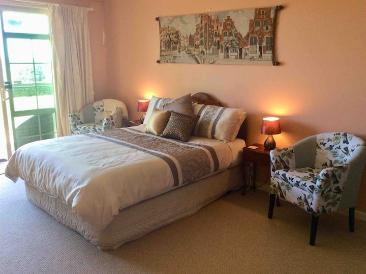Ridgewood Heights ..Large private En-suite room