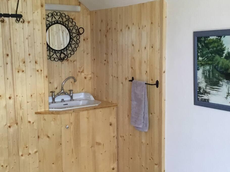 Petit lavabo de la chambre principale, linge de toilette inclus