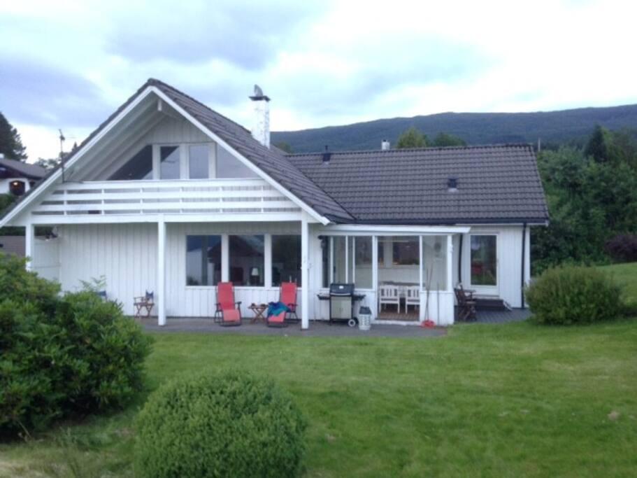 Stor plen rundt huset, eiendom på 1,2 mål, med fruktrær og bær