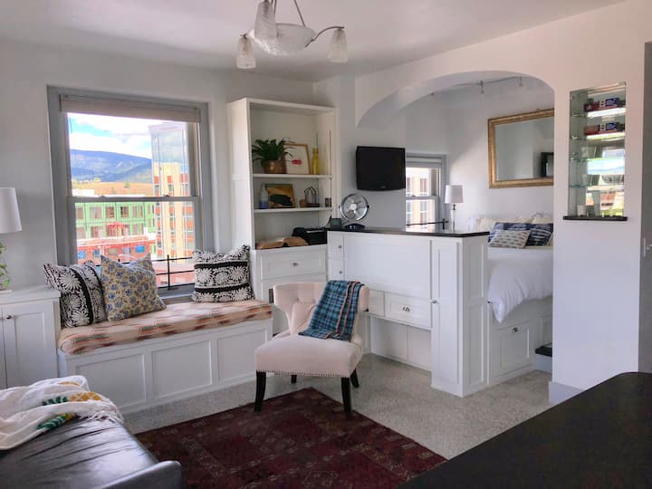 Wilma Digs: Downtown with  Mountain Views