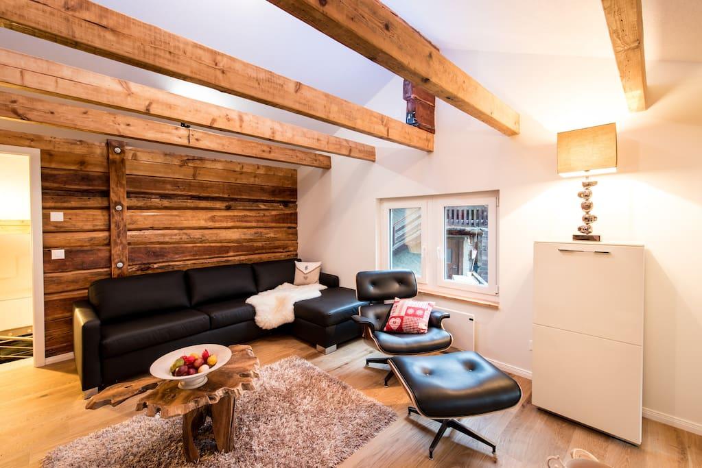 Wohnzimmer im Dachgeschoss mit Schlafcouch