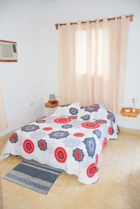 Habitación con cama matrimonial.