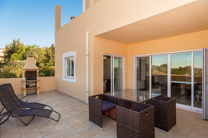 Luxury 2 Bed Apt, Communal Pool & Stunning Views