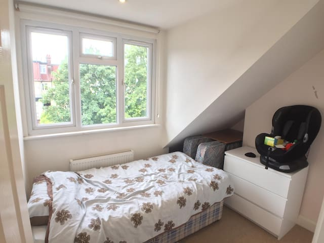 Single bedroom in modern flat - fantastic location