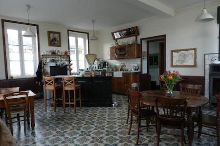 Chambre  dans un ancien hôtel 1900 - Simandre - เกสต์เฮาส์