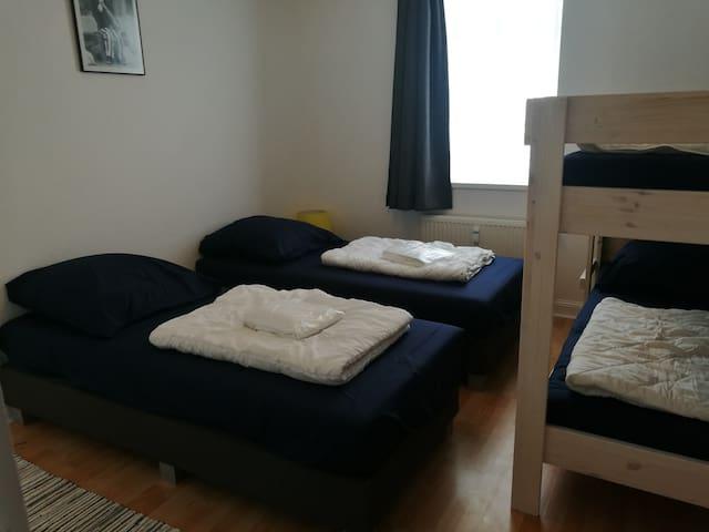 Slaapkamer 2 met twee eenpersoonsbedden en stapelbed