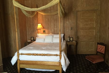 The spacious Cole Porter Suite features a lovely Queen-sized Tester Bed.