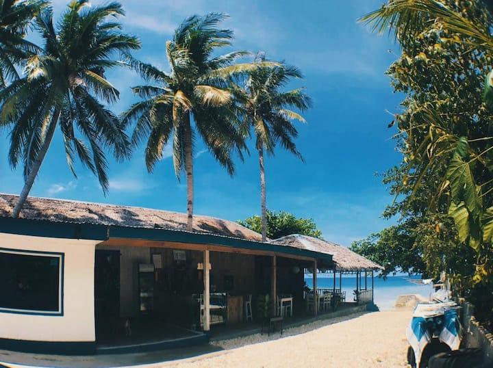 A beachfront barkada room 5 mins drive to Kawasan