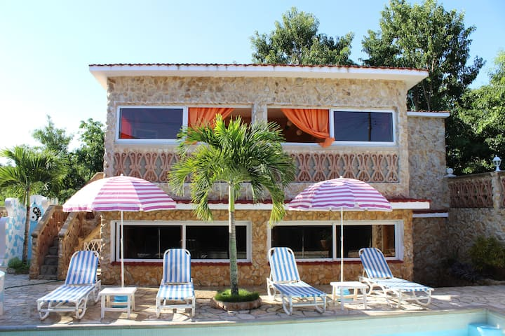 VERY PRIVATE beach house with nice pool & services