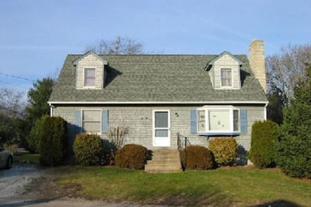 Lovely 4 Bedroom Cape with Private Beach Access - Narragansett - Rumah