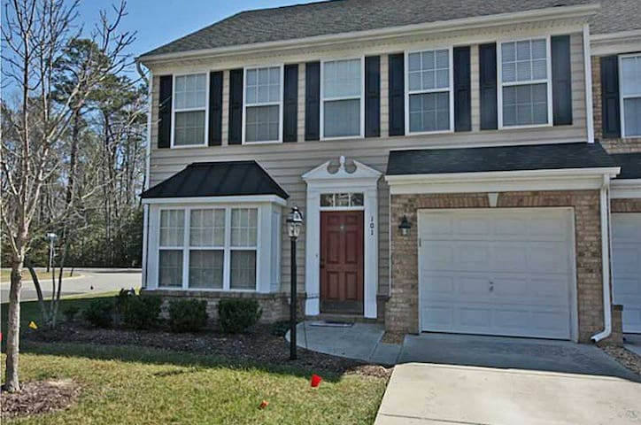 Modern townhome 1 mile from beach - Yorktown