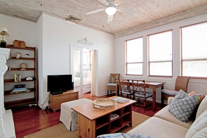 SUNNY HISTORIC PENTHOUSE IN TOWN - WALK TO BEACH