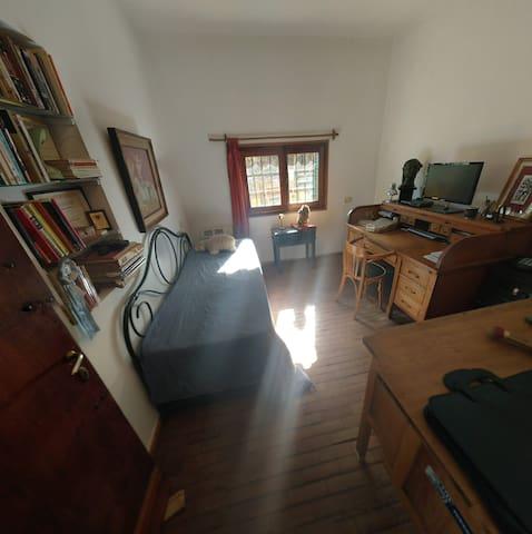 Zona de estudio / escritorio con cama para ser utilizada como dormitorio, cuenta con calefacción.