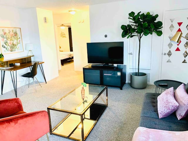 B6/KING SUITE APARTHOTEL  w/Balcony + Pool Pass